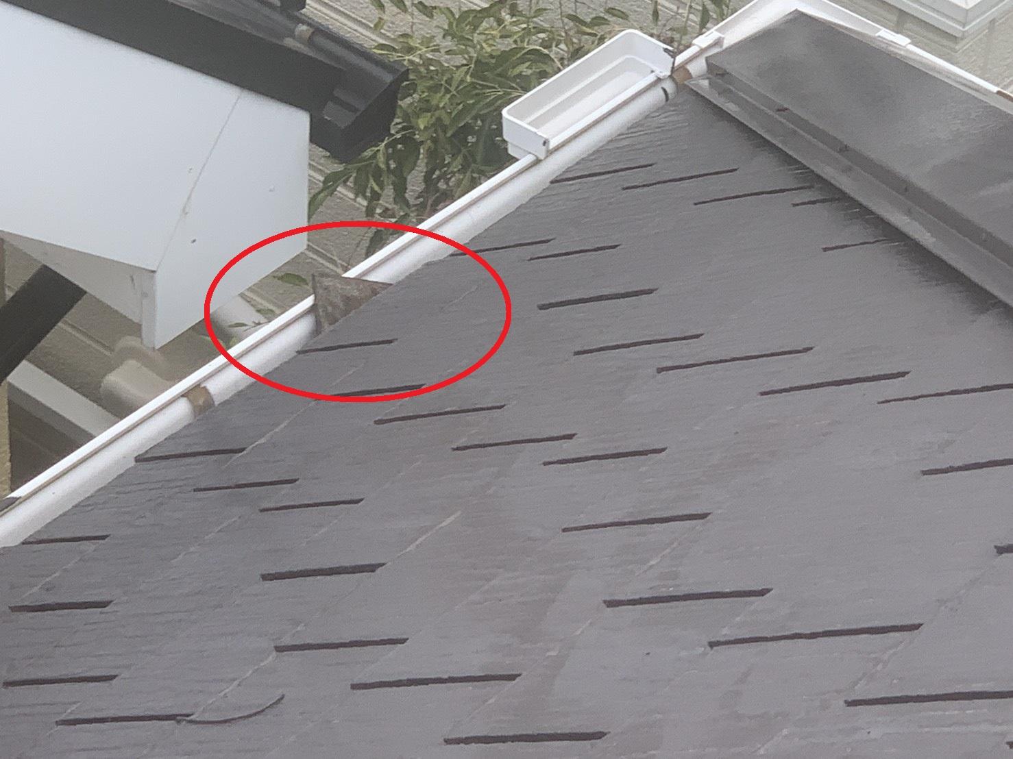 三木市で強風によりスレート屋根がズレ落ちている様子