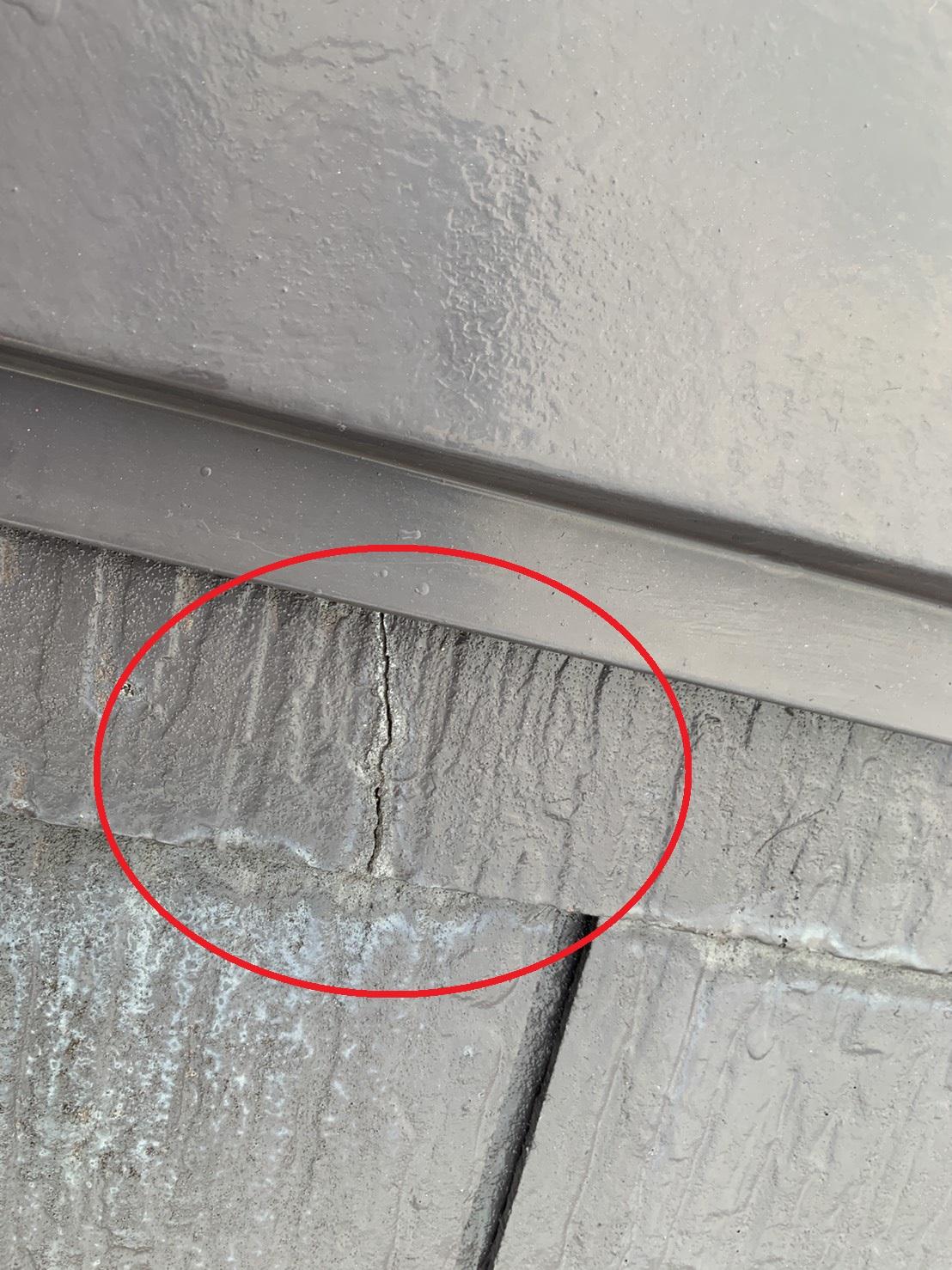台風被害を受けやすいひび割れたスレート屋根の様子