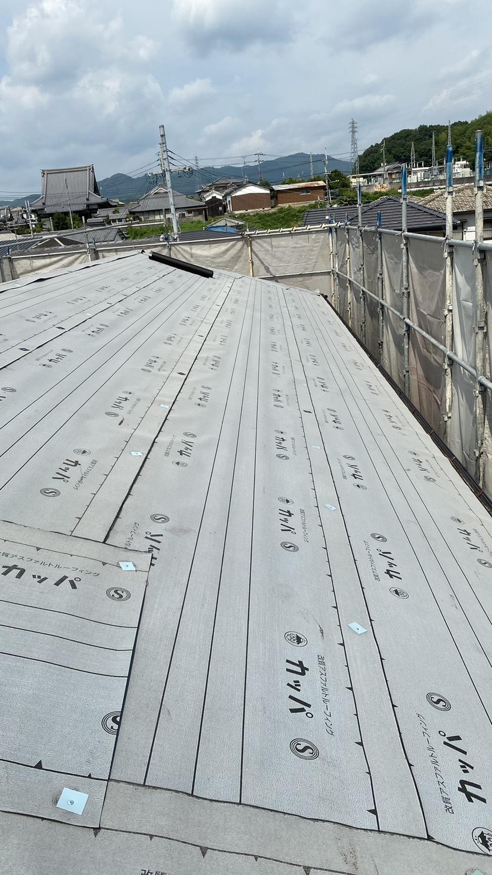 屋根カバー工法で防水シートを貼った様子