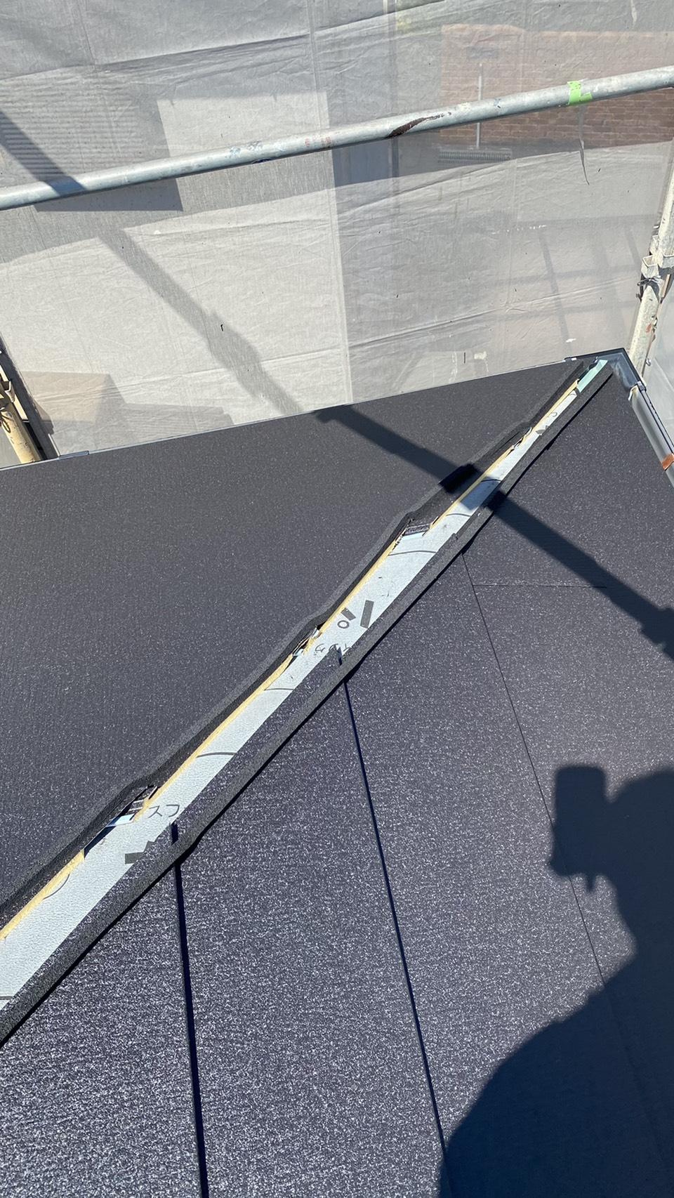 三木市でのカバー工法で台風に強い屋根材を葺いた様子