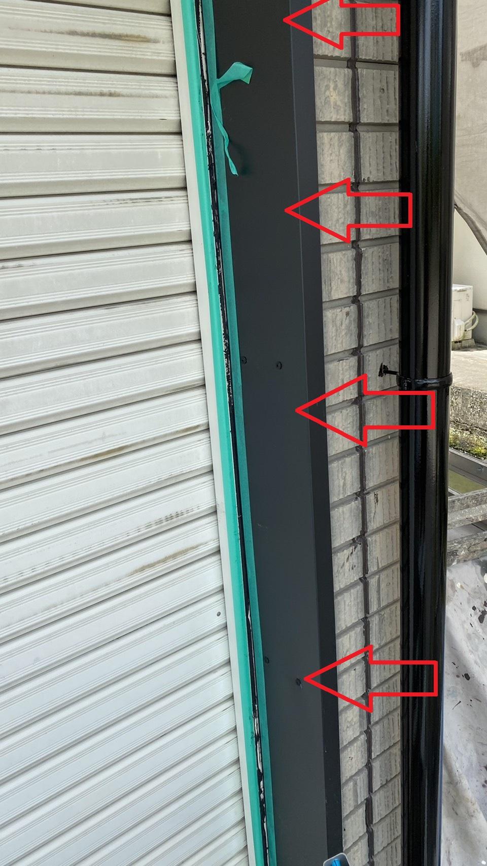 三木市での板金工事でシャッター枠に新しい板金を貼り付けた様子