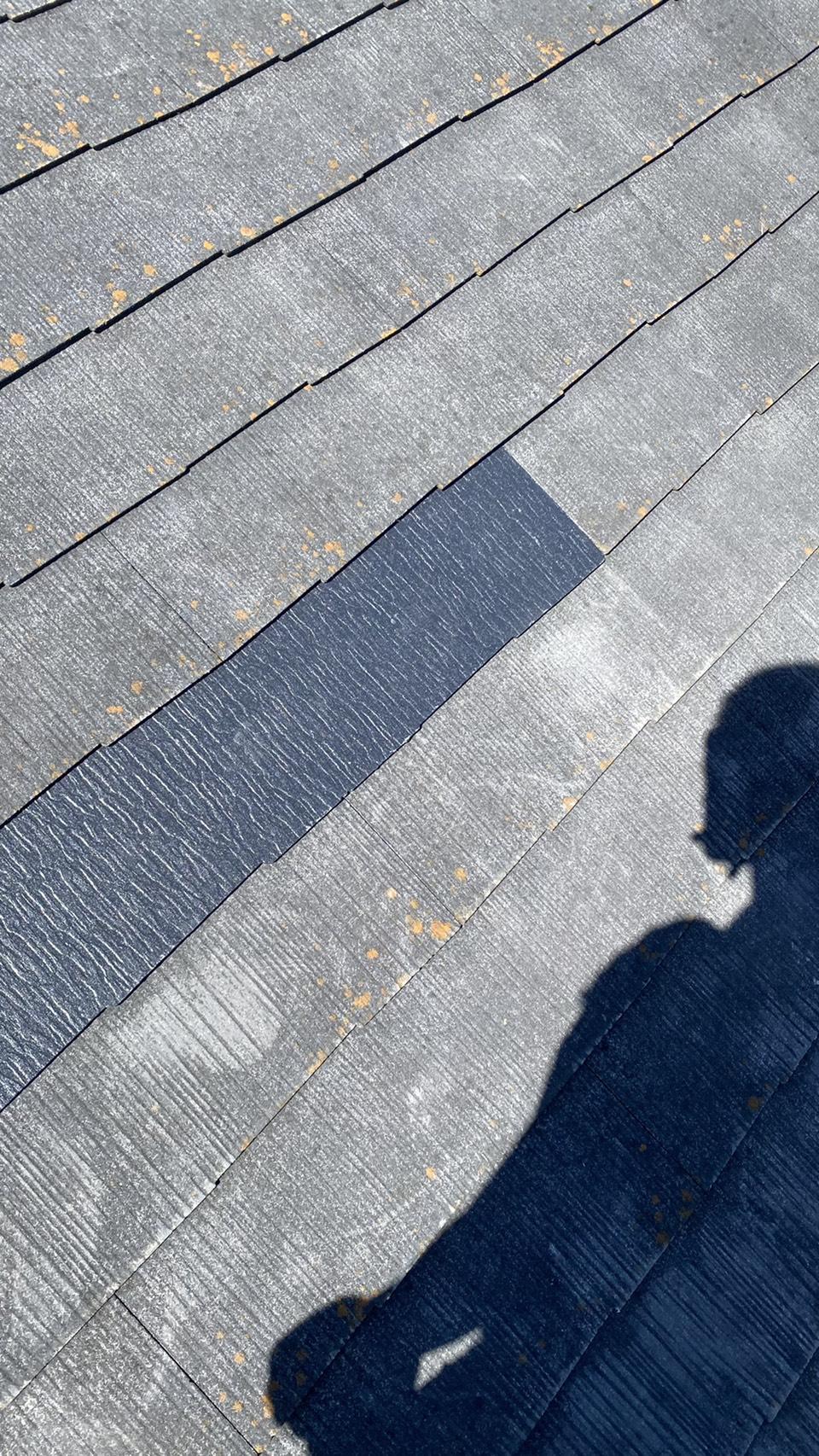台風で割れたスレート屋根を新しいものに差し替えた様子
