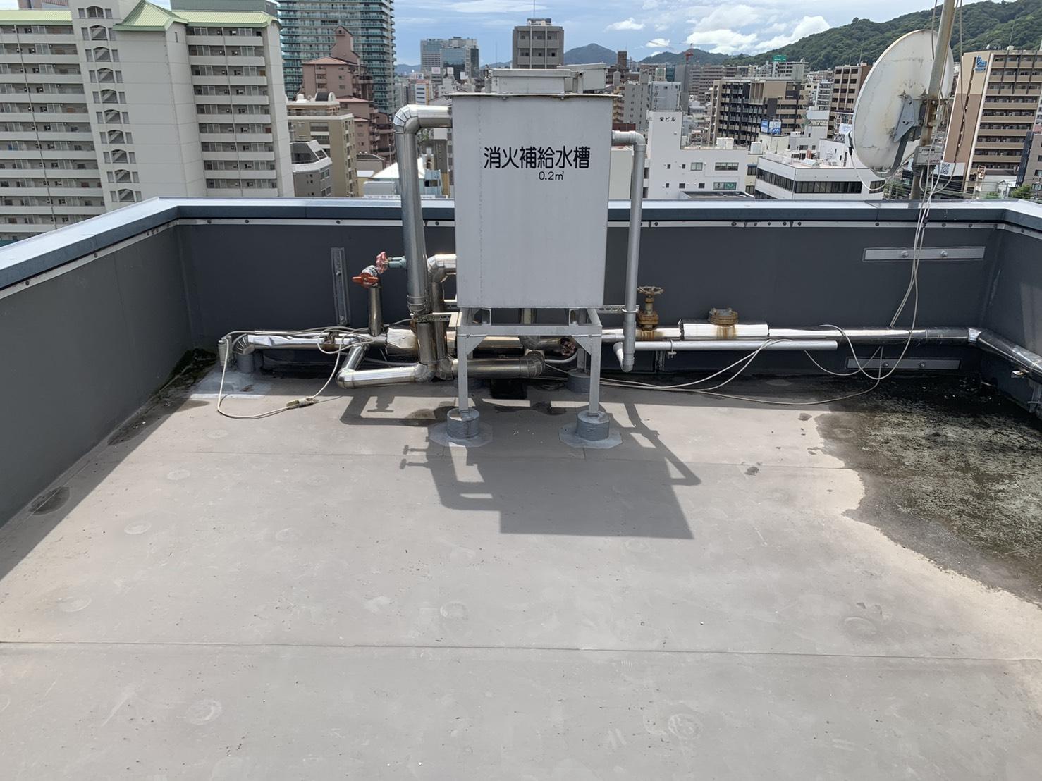 神戸市でビルの屋上より雨漏りしていたシート防水の様子