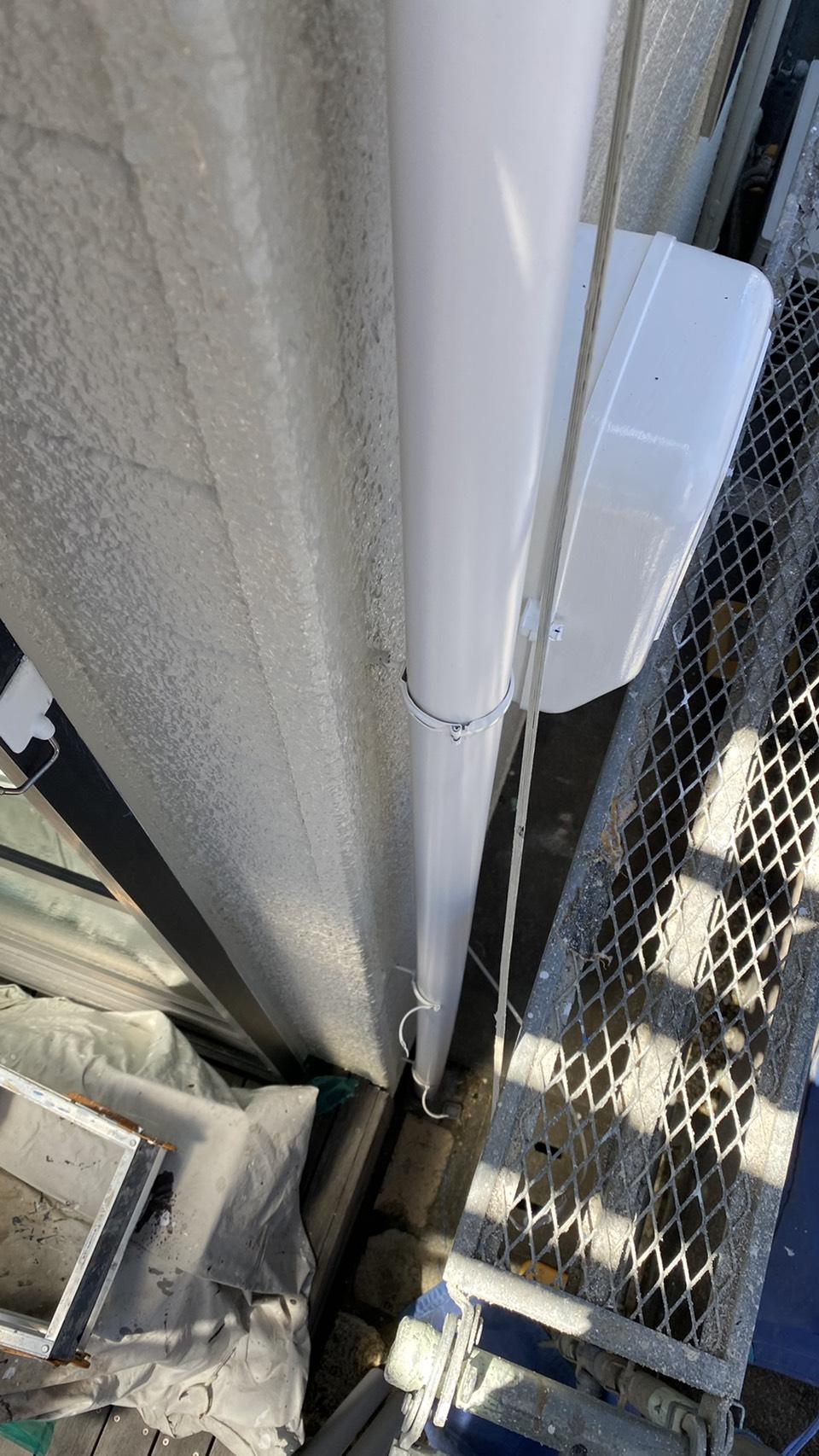 雨樋修理で竪樋を取り付けている様子