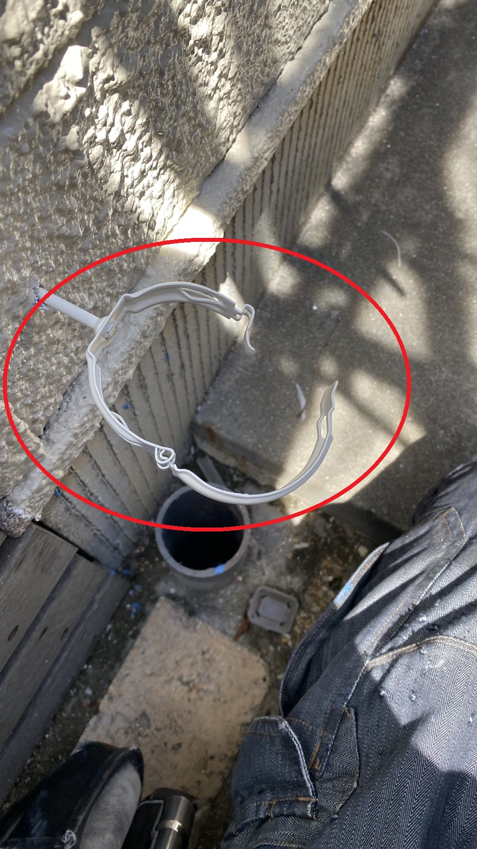新しく取り付けた竪樋の金具