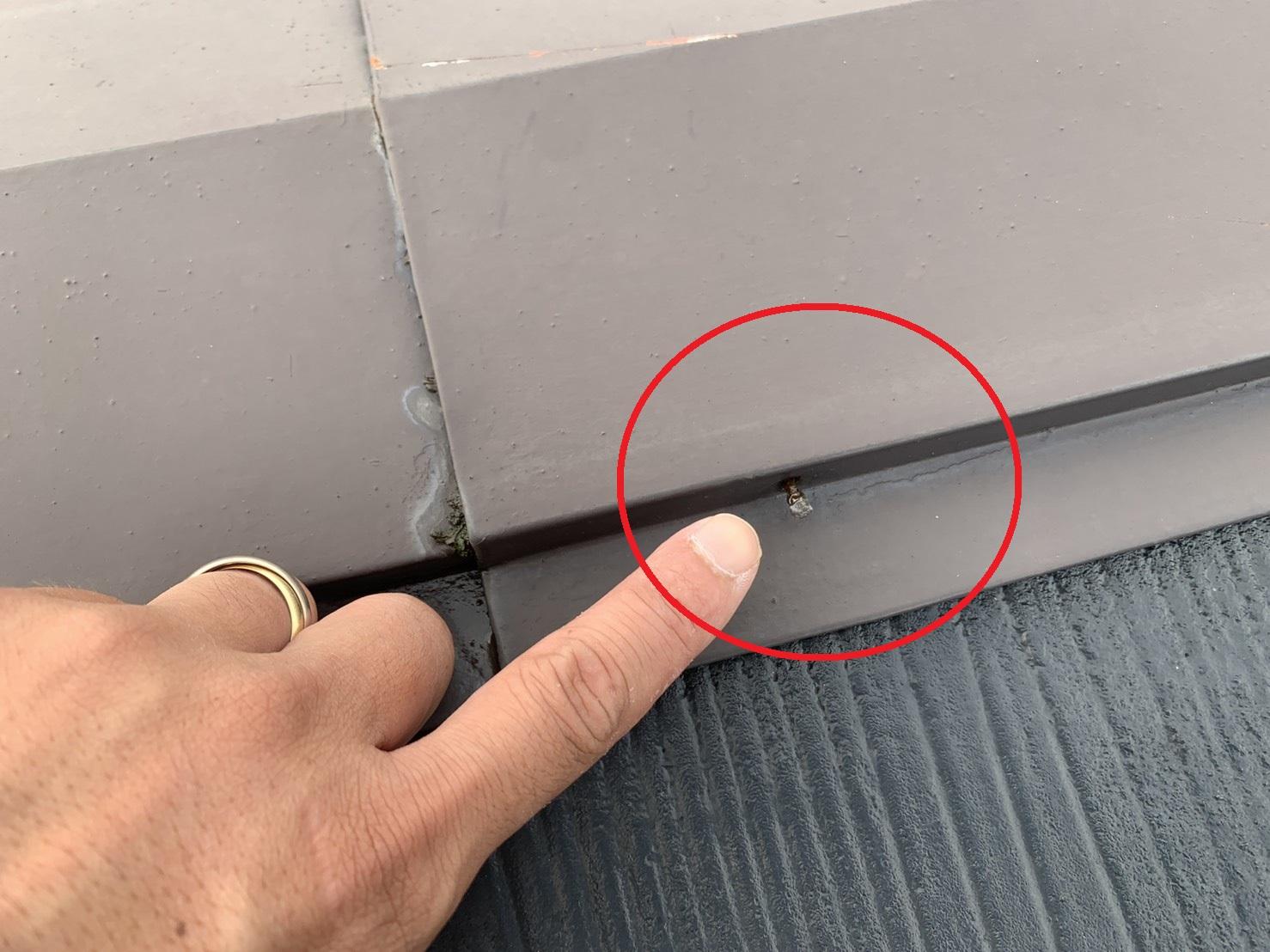 スレート屋根の棟板金を固定している釘が浮いている様子
