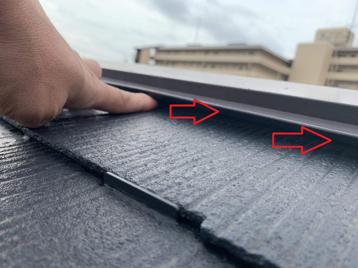 雨漏りしているスレート屋根の棟板金が浮いている様子