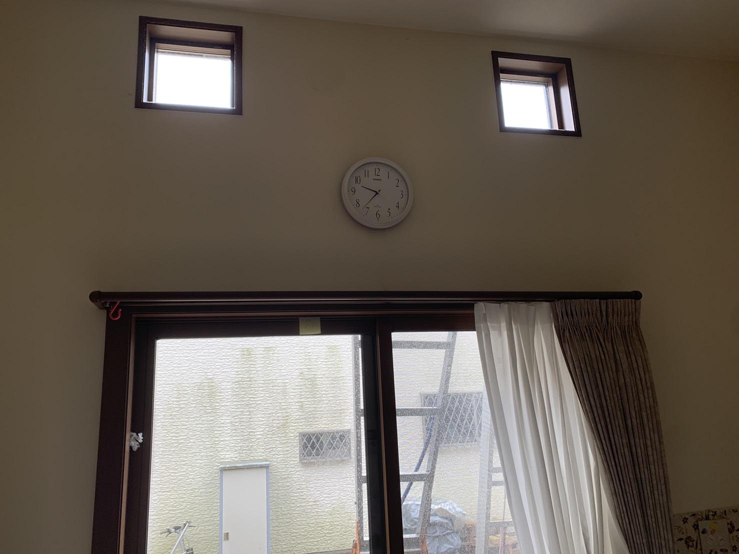 加古郡播磨町で掃き出し窓から雨漏りしている室内の様子