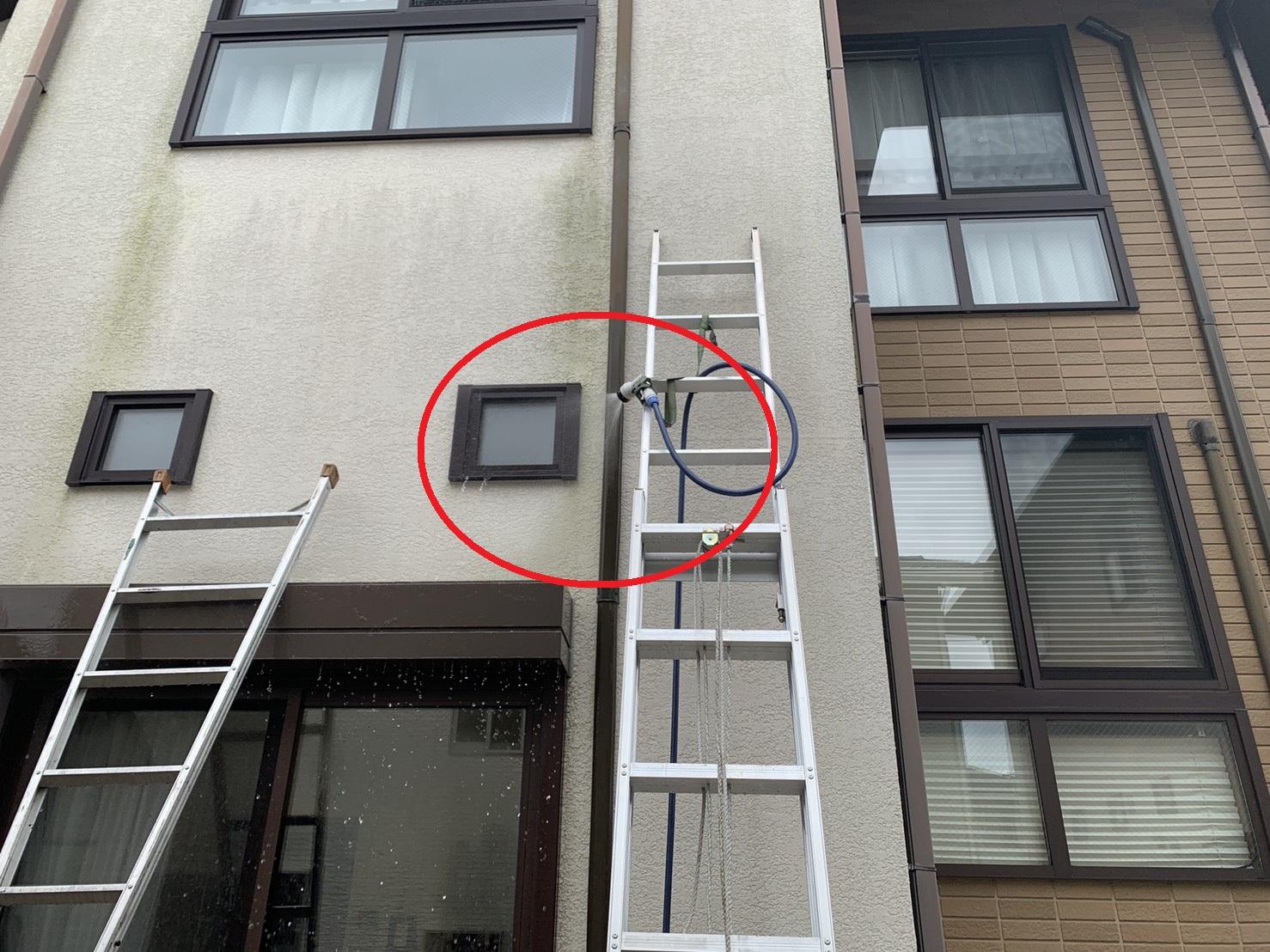 2階部分の小窓に散水検査している様子