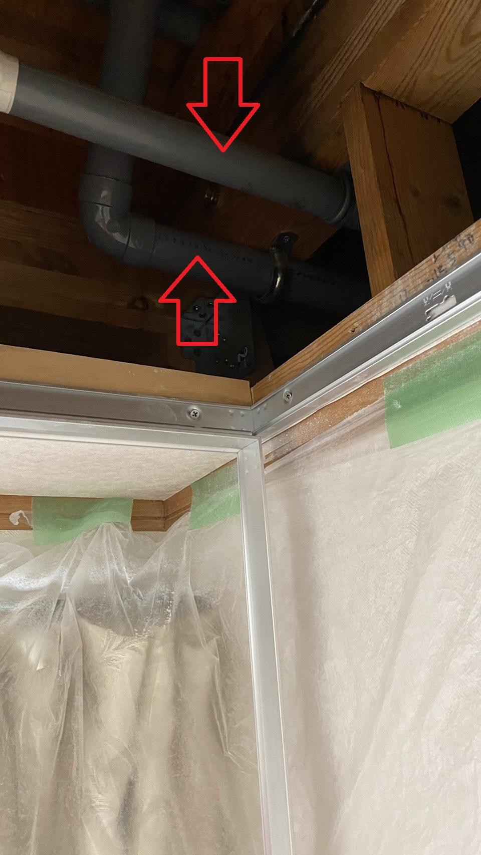 雨漏りの原因となった天井裏の排水管
