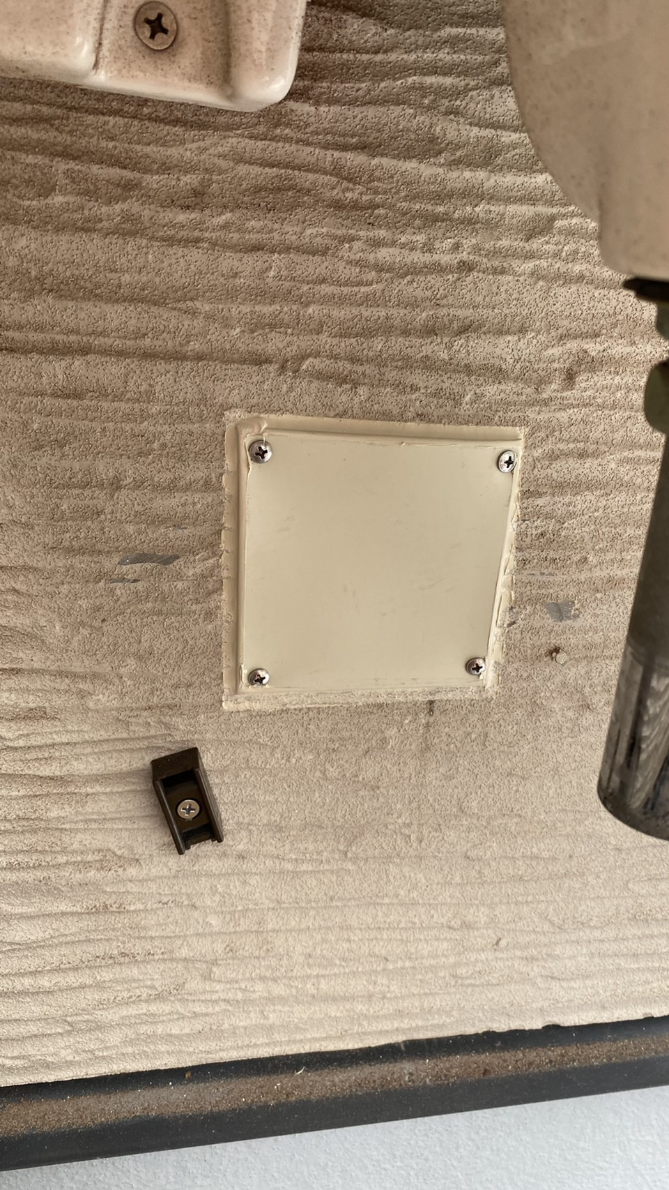 雨漏りの原因となっている排水管の穴を板金で塞いだ様子