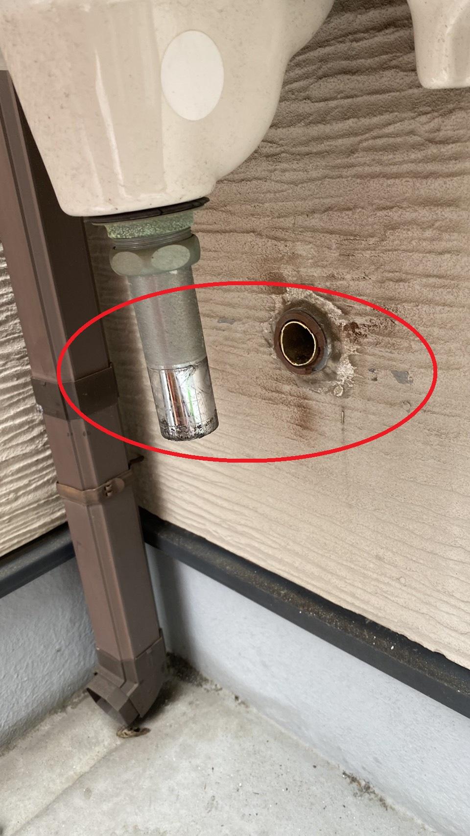 雨漏りの原因となっている排水管を切断した様子