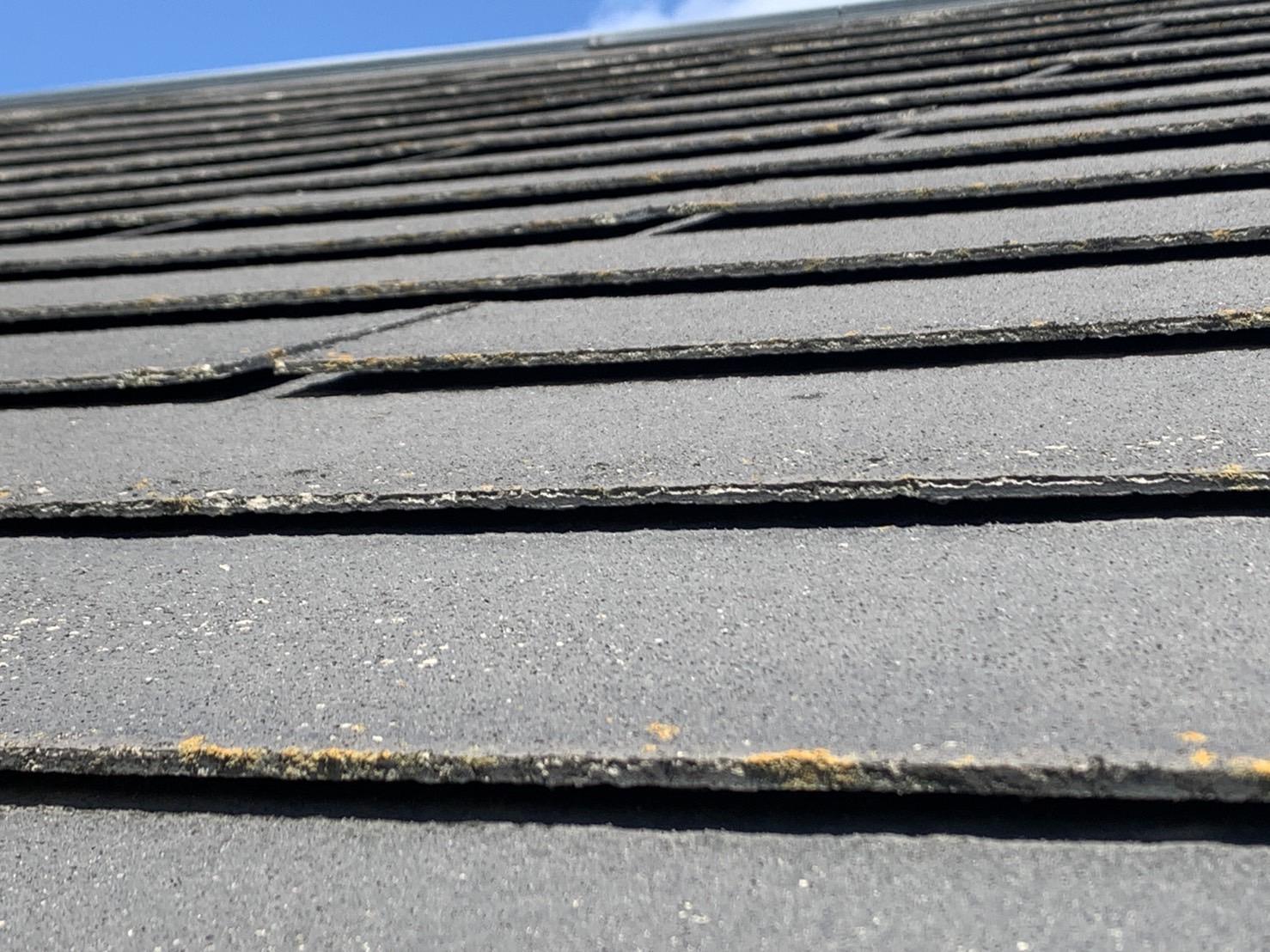 築15年で全体的にカラーベスト屋根が浮いている様子