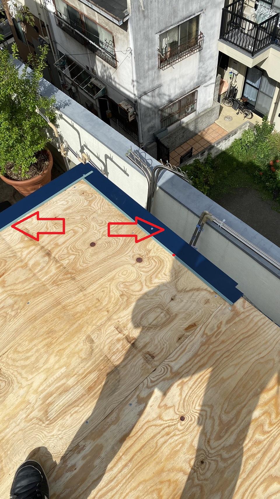 屋根板金工事で唐草を付けている様子