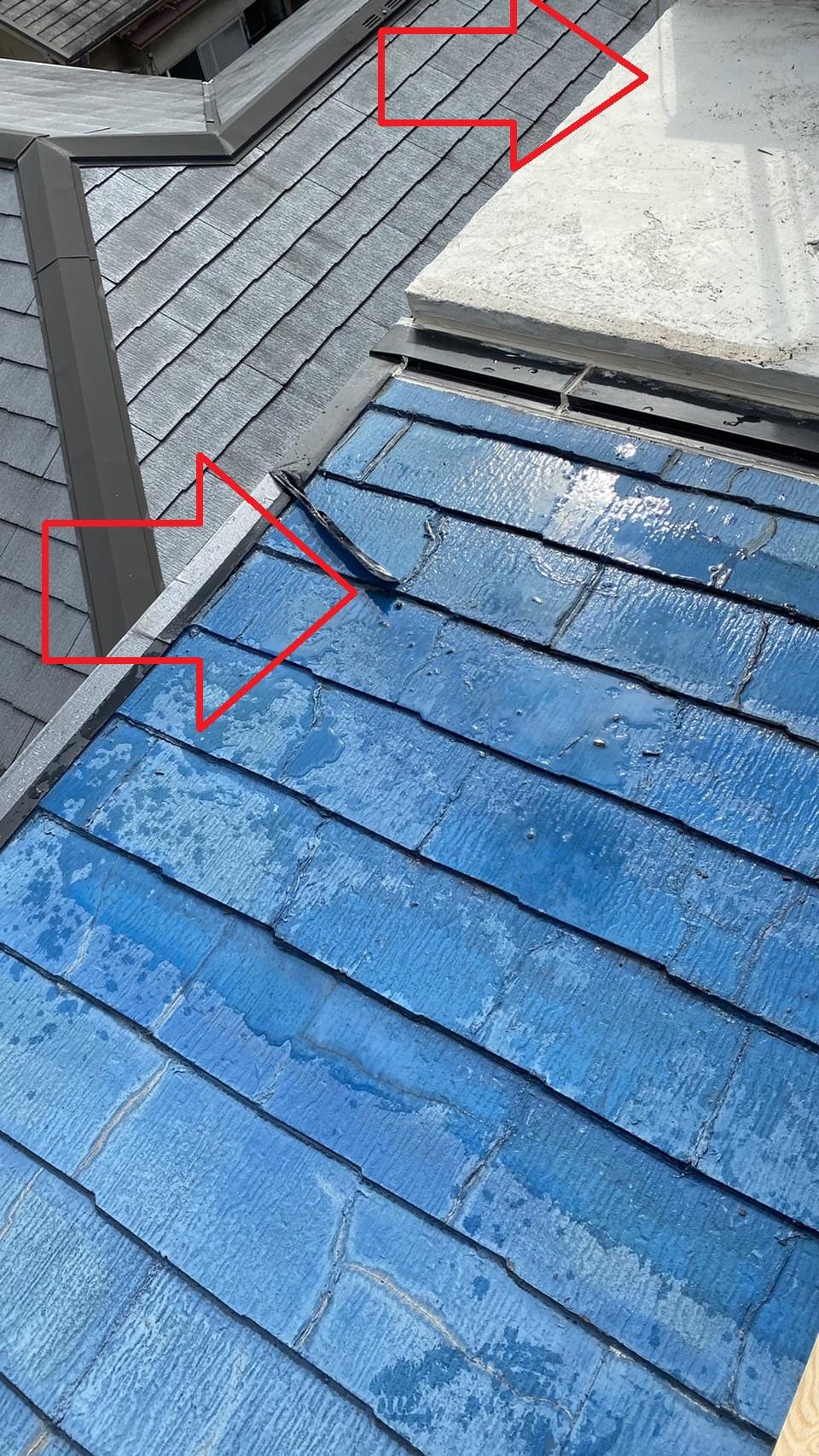 神戸市中央区で傾斜の緩い屋根に板金工事を行う前の様子