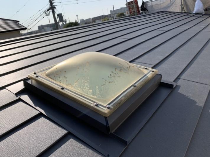 淡路市での屋根カバー工法で天窓の収まり
