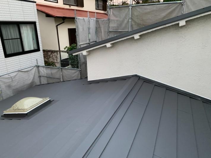 淡路市での屋根カバー工法で棟板金を取り付けた様子