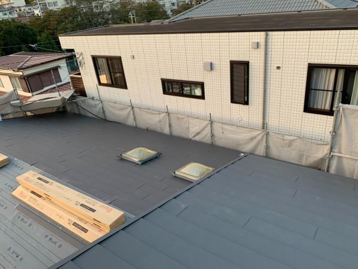 淡路市での屋根カバー工法で屋根を葺いた様子