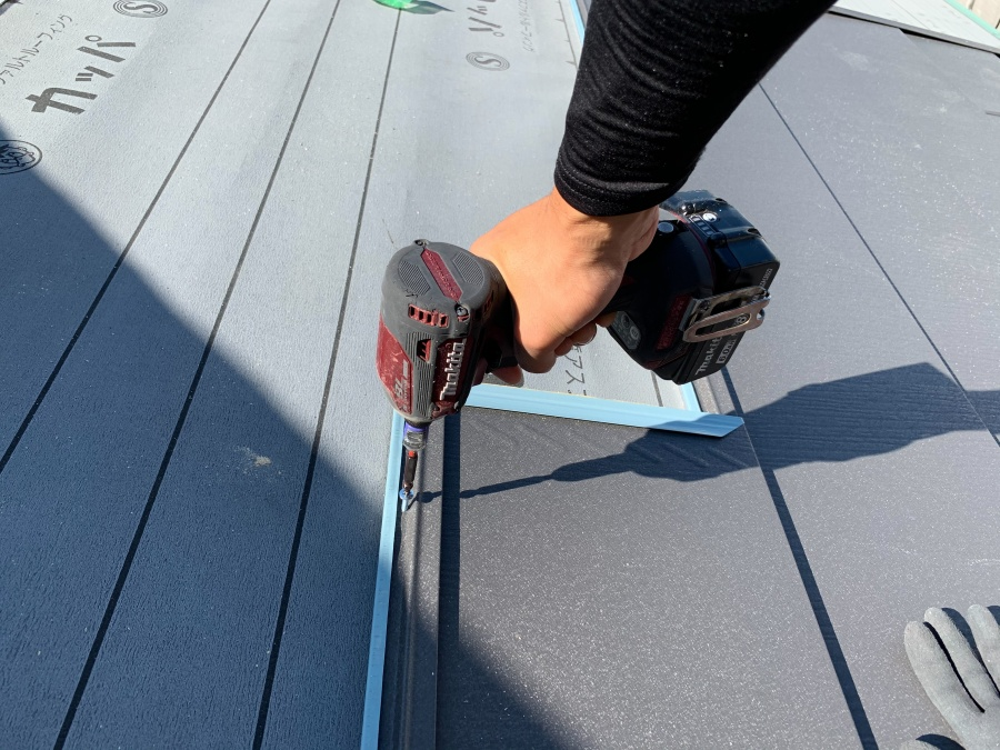 淡路市での屋根カバー工法で屋根葺きをしている様子