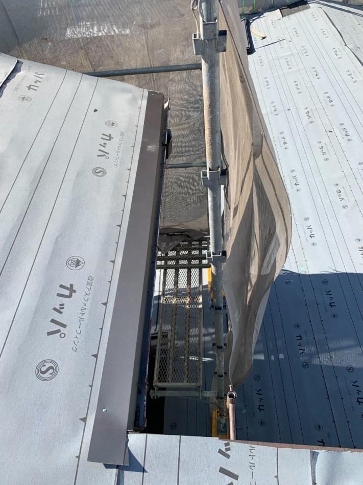 淡路市での屋根カバー工法で水切りを取り付けている様子