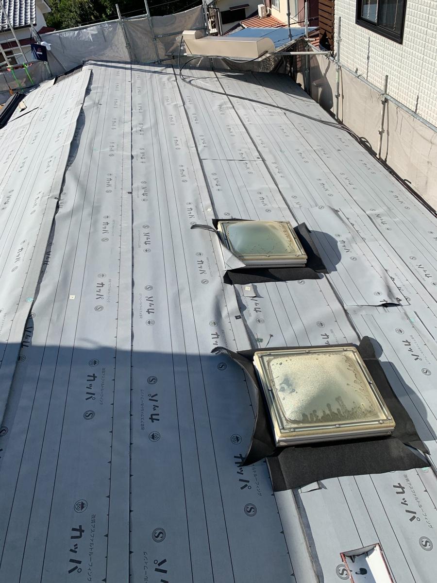 淡路市での屋根カバー工法で防水シートを貼った様子