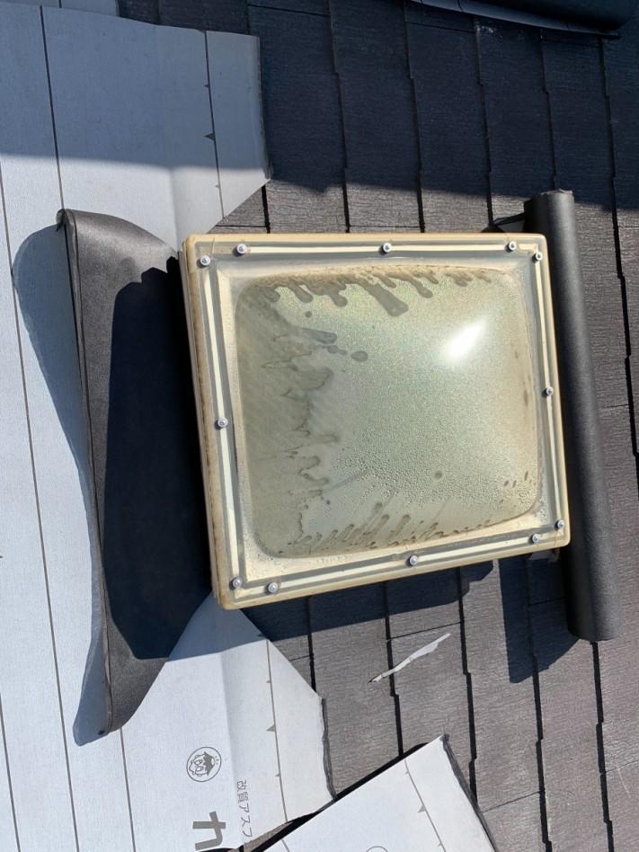 淡路市での屋根カバー工法で防水シートを貼っている様子