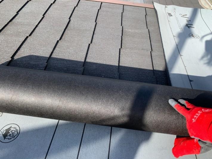 淡路市での屋根カバー工法、防水シートを貼っている様子
