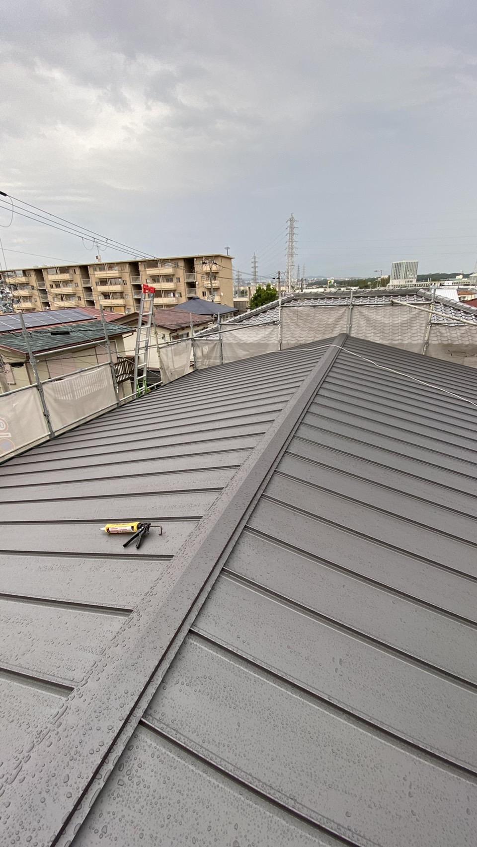 加古川市での屋根重ね葺き工事が完了した様子