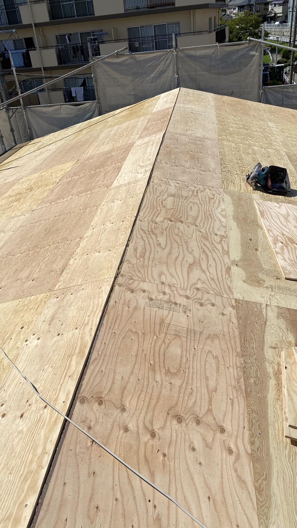屋根重ね葺き工事の下地材を貼った様子