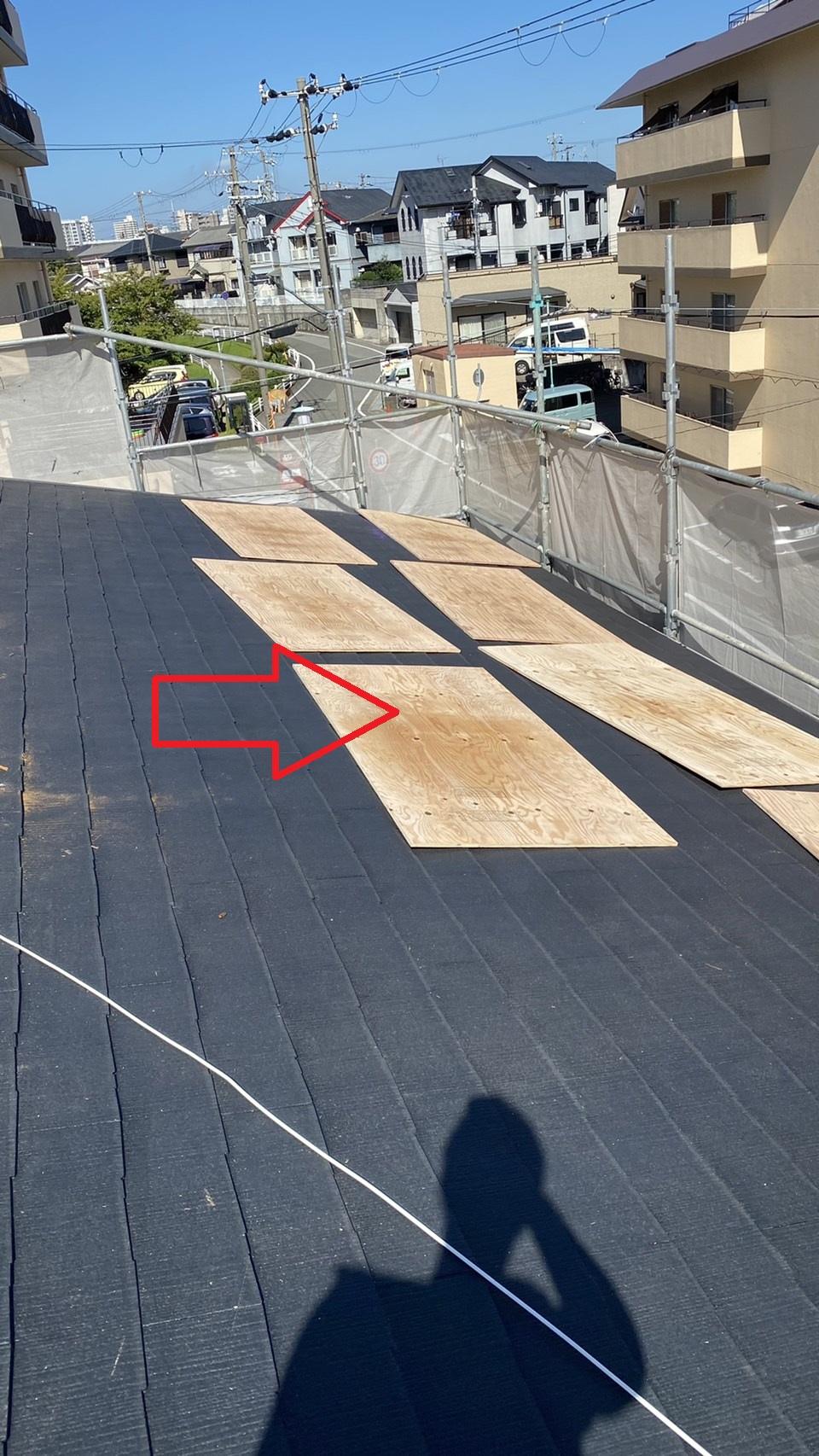 加古川市での屋根重ね葺き工事で下地用合板を上げた様子