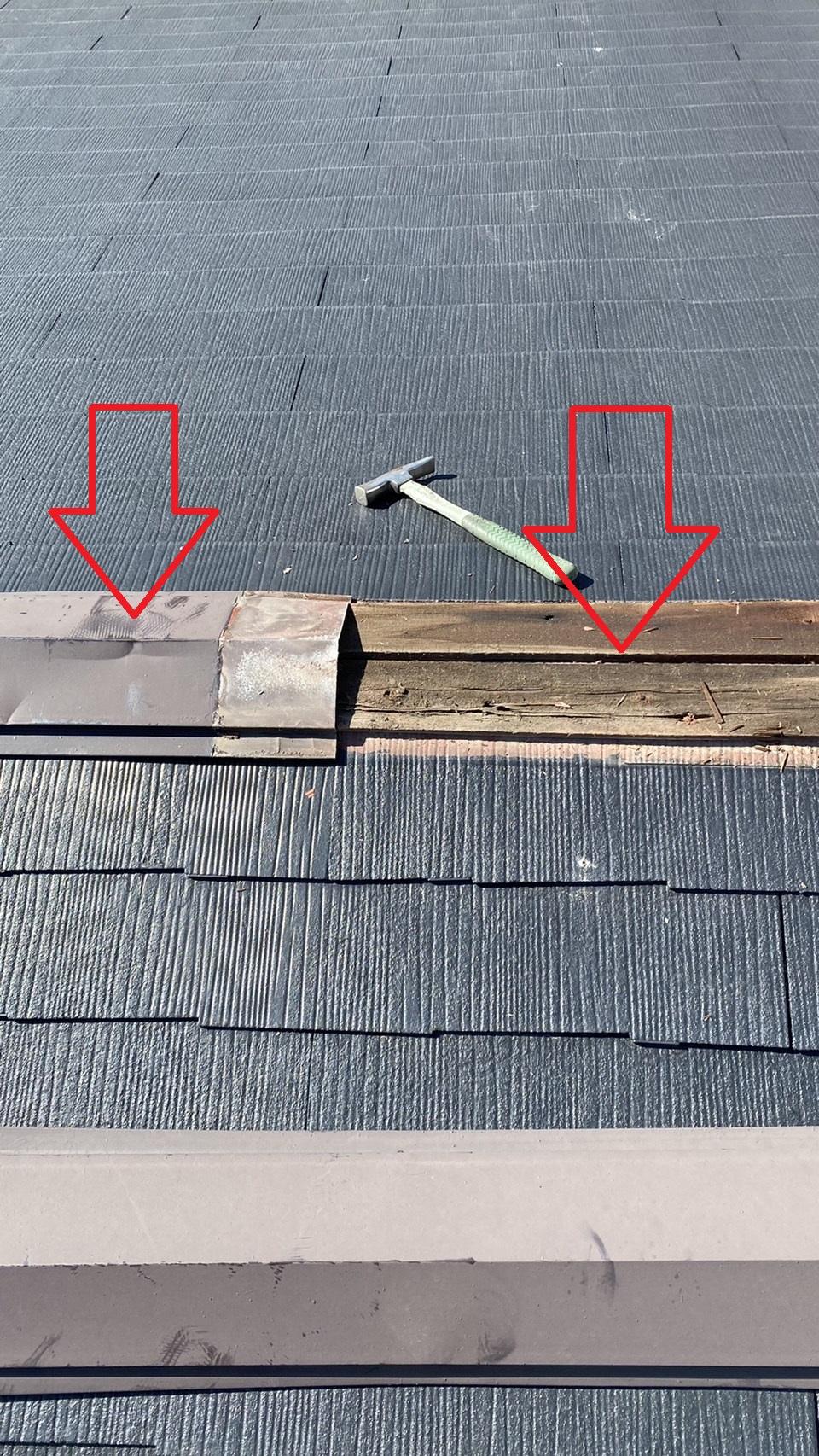 屋根重ね葺き工事を行うために棟板金を撤去した様子