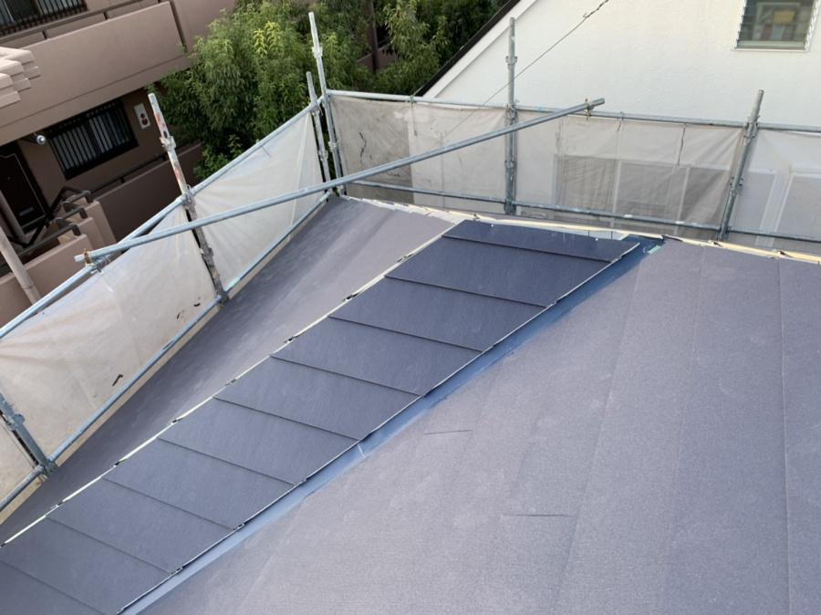 屋根カバー工事で屋根葺きしている様子