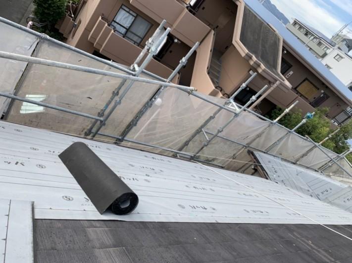 屋根カバー工事で防水シートを貼っている様子