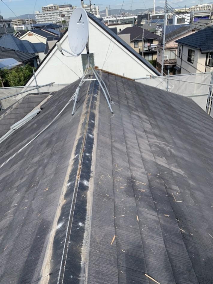 屋根カバー工事で棟板金を撤去した様子