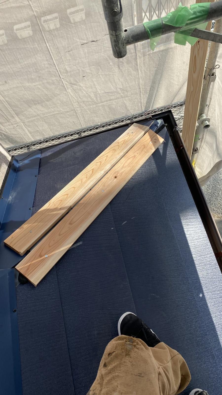 屋根カバー工事で棟板金を取り付けている様子