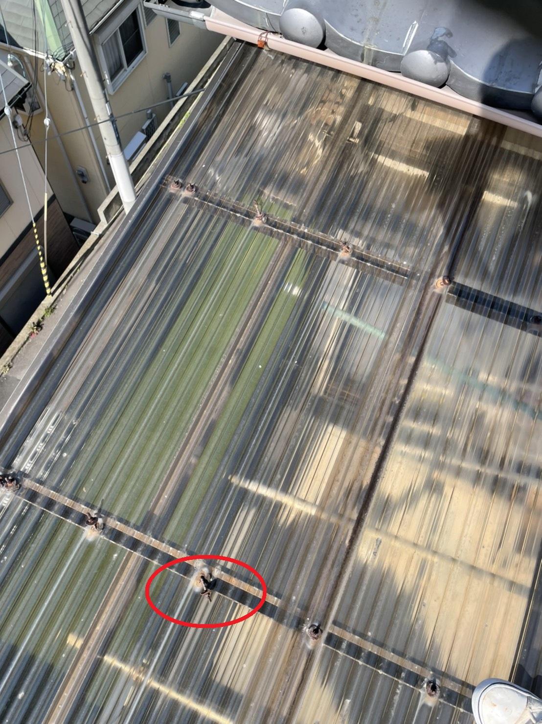 三田市でのベランダ屋根の波板に使用されていた鉄製のボルトが外れている様子