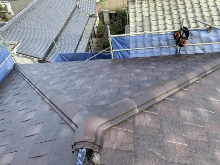 神戸市西区での屋根葺き替え工事で棟瓦を取り付けている様子