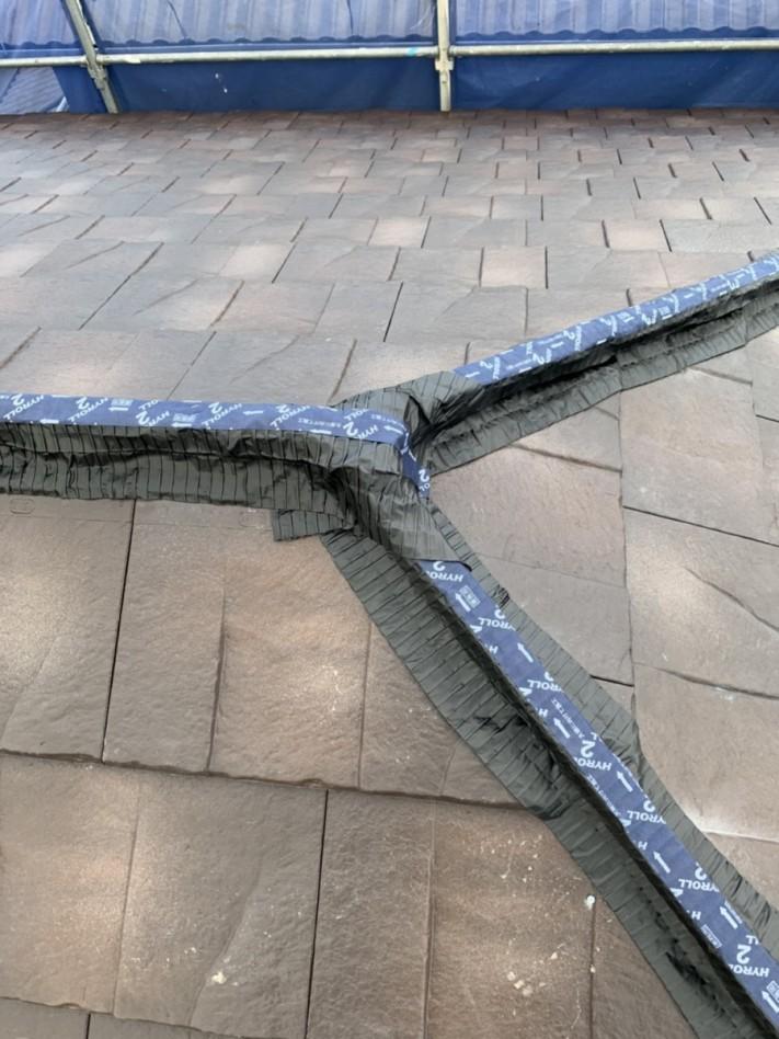 神戸市西区での屋根葺き替え工事で棟に面戸を取り付けている様子