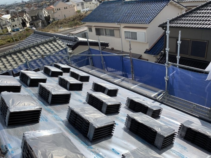 神戸市西区での屋根葺き替え工事で屋根材を配っている様子