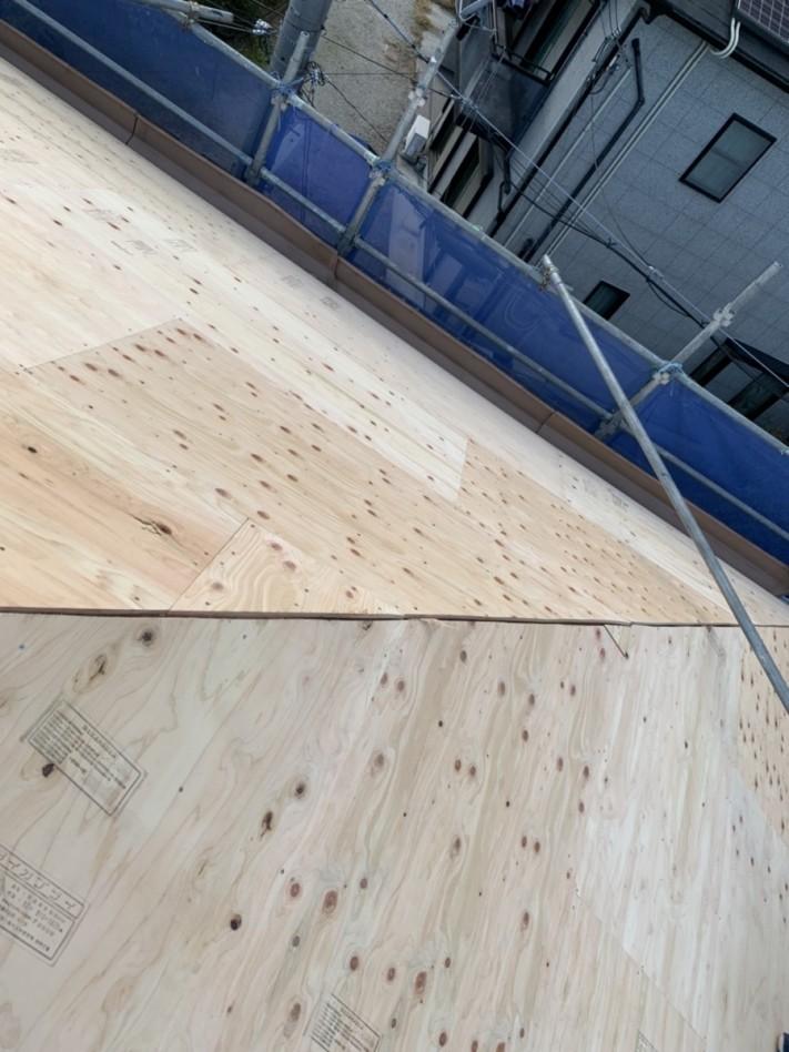神戸市西区での屋根葺き替え工事で野地板を貼った様子