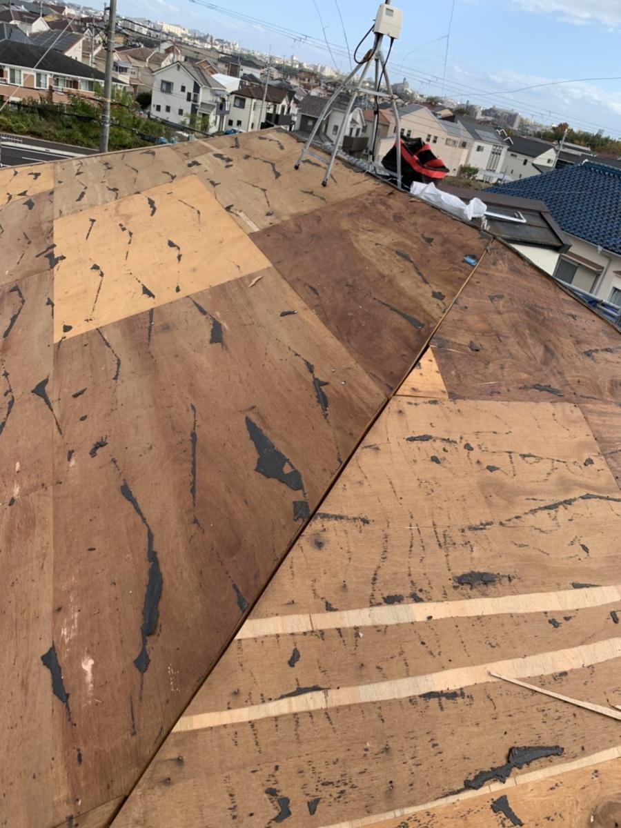 神戸市西区での屋根葺き替え工事で防水シートを撤去した様子