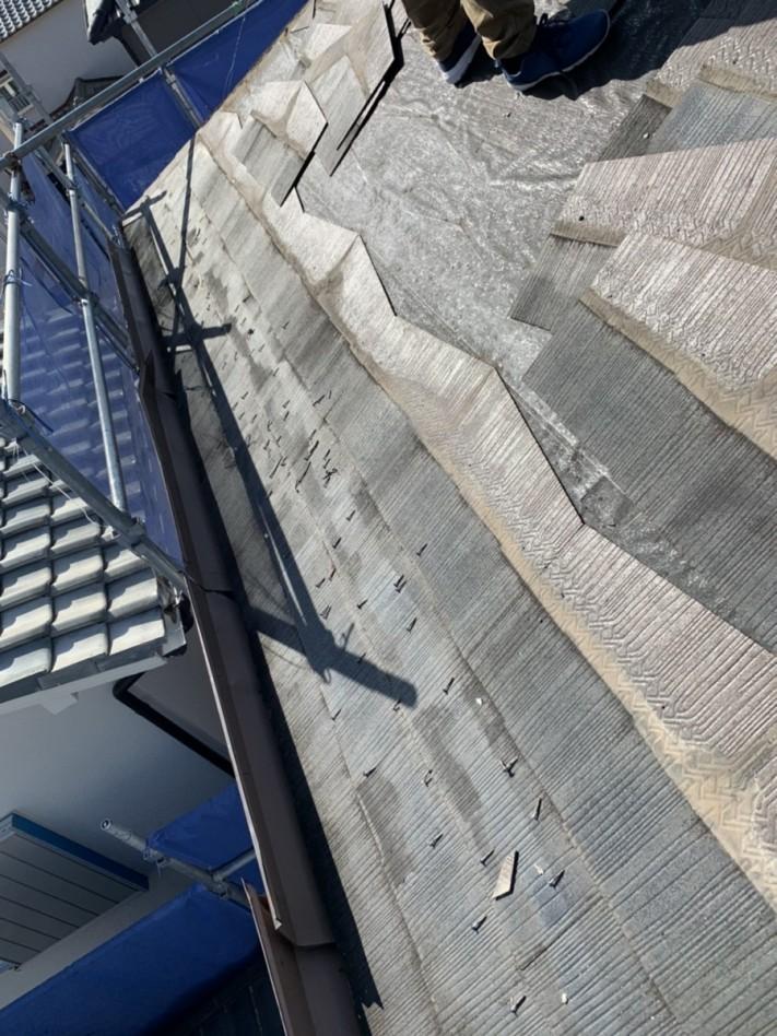 神戸市西区の屋根葺き替え工事でスレート屋根を撤去している様子