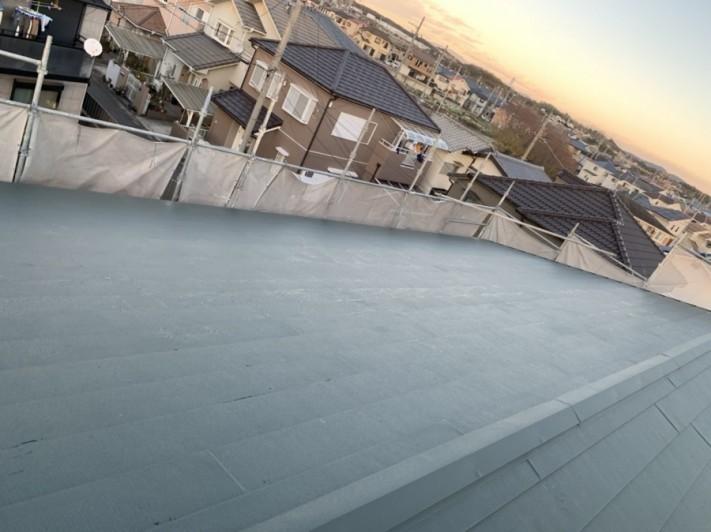 神戸市垂水区での金属屋根葺きで棟板金を取り付けた様子