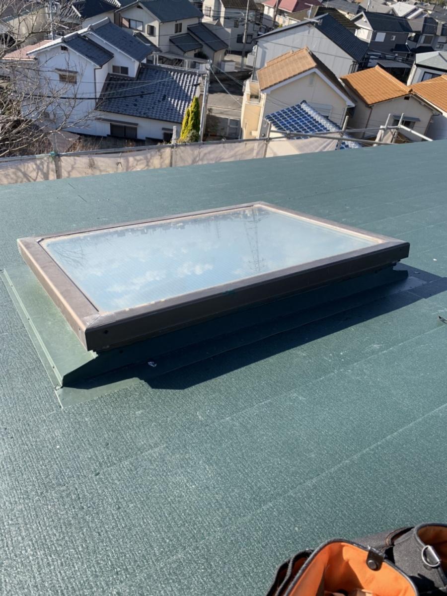 神戸市垂水区での金属屋根葺きで天窓廻りの水切りを取り付けた様子