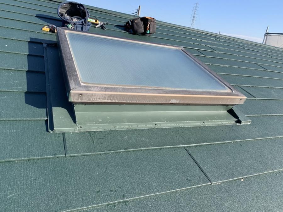 神戸市垂水区での金属屋根葺きで天窓廻りに水切りを取り付けている様子