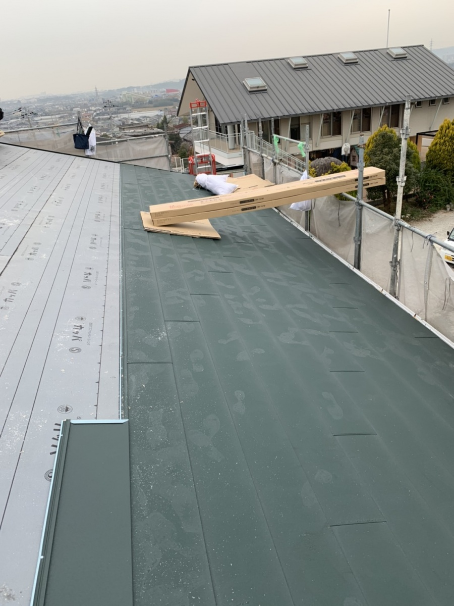 神戸市垂水区での金属屋根葺きでIG工業スーパーガルテクトを葺いている様子