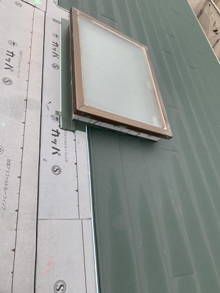 神戸市垂水区での金属屋根葺きで天窓廻りを葺いている様子