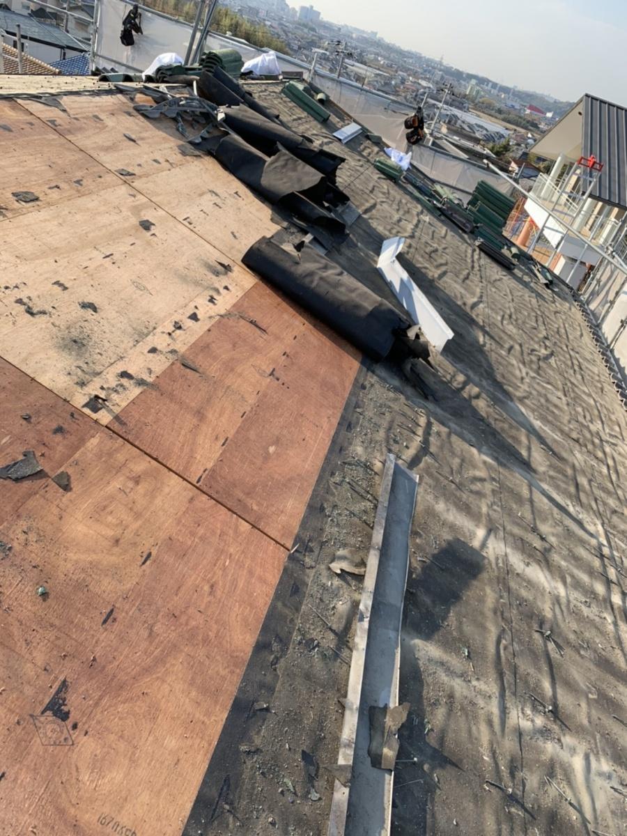 神戸市垂水区での屋根葺き替え工事で防水シートを撤去している様子