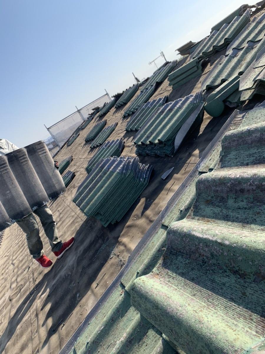 神戸市垂水区での屋根葺き替え工事でスレート屋根を撤去している様子