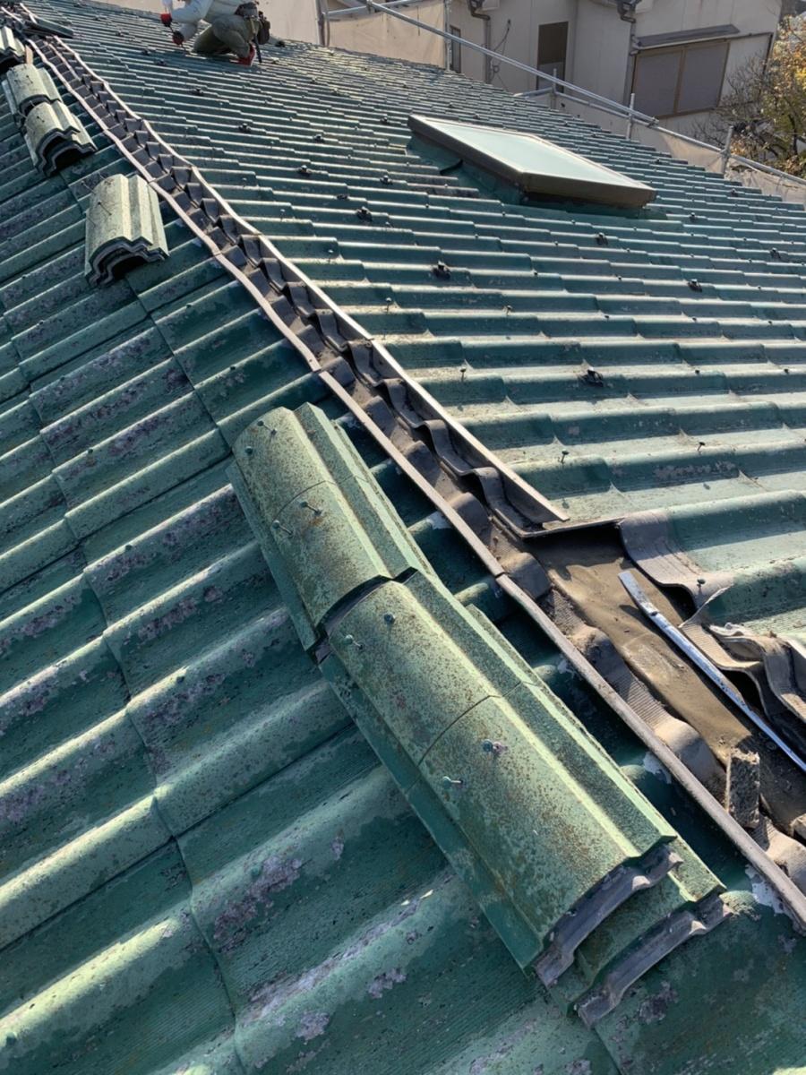 神戸市垂水区での屋根葺き替え工事で棟瓦を撤去している様子